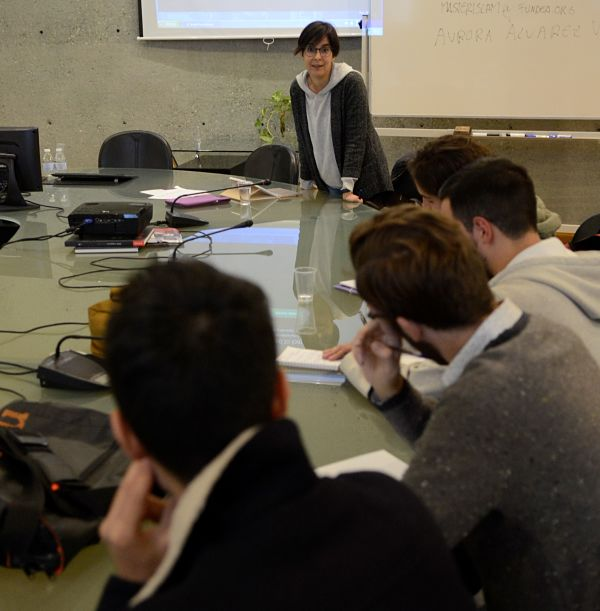 La profesora Aurora Álvarez Veinguer en la primera sesión