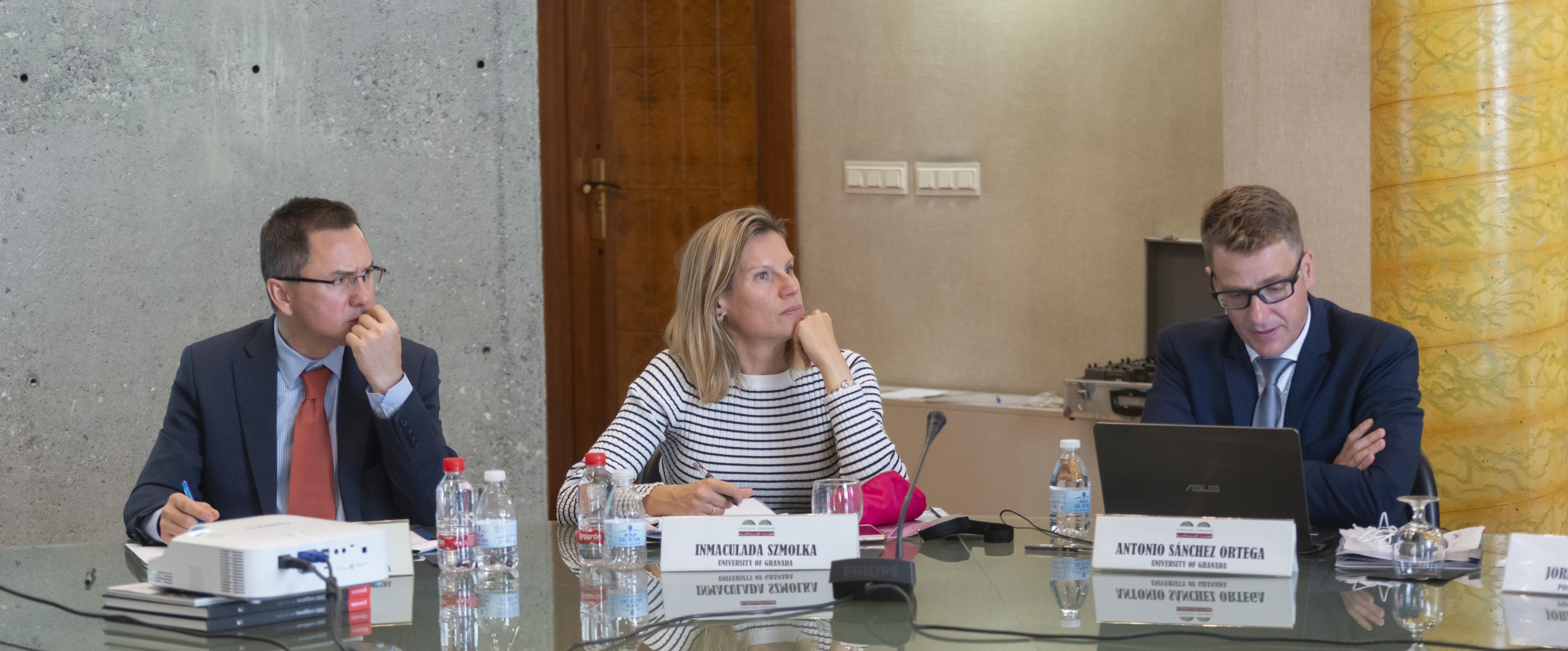 El Vice Secretario de la Fundación Euroárabe y profesor de la Universidad de Granada, Antonio Serrano; Inmaculada Szmolka, profesora de Ciencias Políticas de la Universidad de Granada, y Antonio Sánchez profesor de Relaciones Internacionales de la misma universidad.